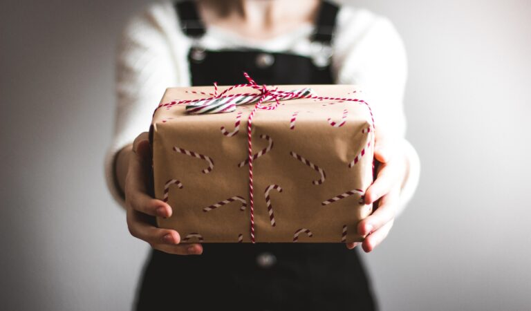 11 Christmas Gift Wrapping Tutorials To Make The Big Day Even More Magical